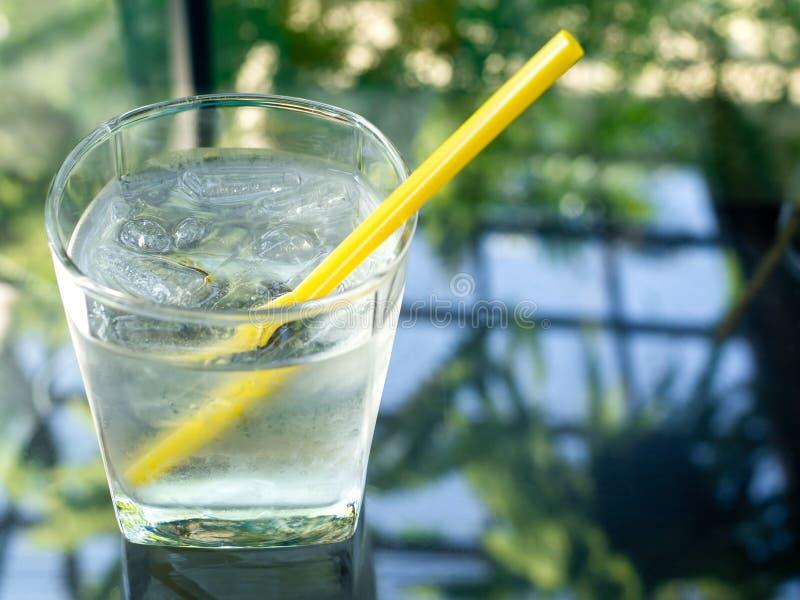 Szkło zimna woda pitna z żółtą słomą obraz royalty free