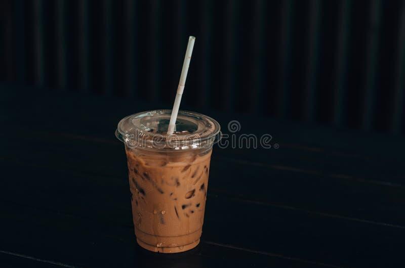 Szkło zimny kakao lokalizuje na stole w jeden kawiarni 5 fotografia royalty free