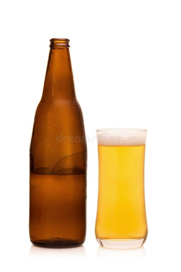 Szkło zimny piwo na białym tle zdjęcia royalty free