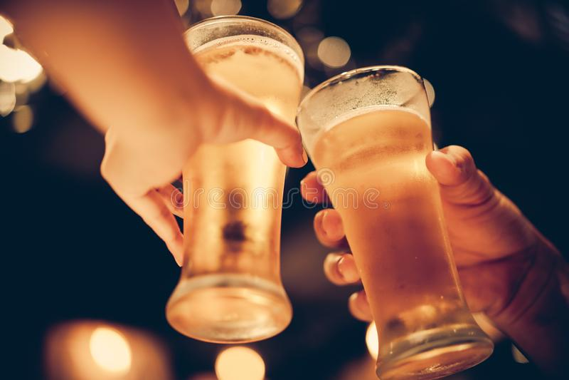 Szkło zimny piwo zgłębia w górę pięknego bokeh z, przyjaciela napoju piwo wpólnie obrazy stock