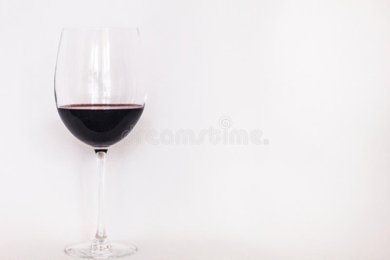 Szk?o czerwone wino z bia?ym t?em zdjęcia royalty free