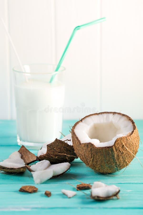 Szk?o kokosowy mleko na b??kitnym drewnianym stole Selekcyjna ostro?? obrazy stock