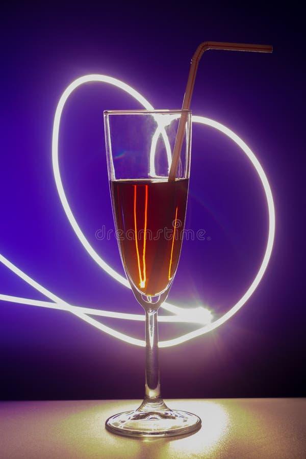 Szk?o koktajl z t?em Szk?o na barze w kawiarni, restauracji, klubie nocnym lub dyskotece, Szkło lub stemware z alkoholem lub obraz royalty free