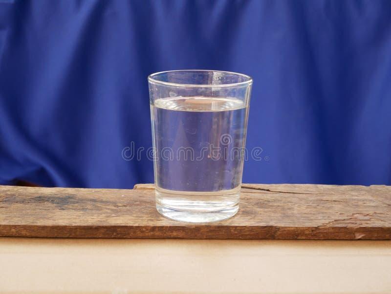 Szk?o lodowa woda na b??kitny tle M?g? by? alkoholiczny nap?j zdjęcia royalty free