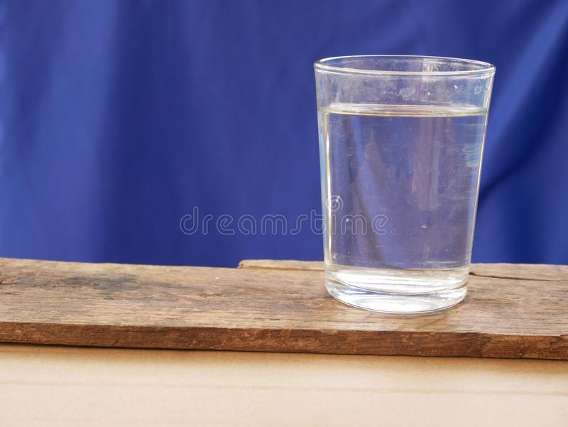 Szk?o lodowa woda na b??kitny tle M?g? by? alkoholiczny nap?j obrazy royalty free