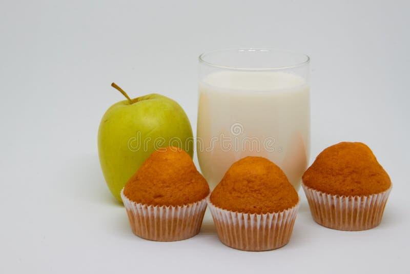 Szk?o mleko, kawa?ek owoc &-x28; Apple&-x29; i babeczki Zdrowy ?asowania poj?cie dla ?niadania i dobry pocz?tek dzie? fotografia royalty free