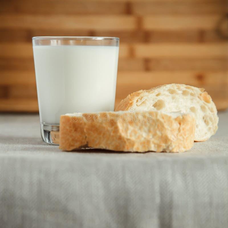 Szk?o mleko z ?wie?ym chlebem obraz royalty free
