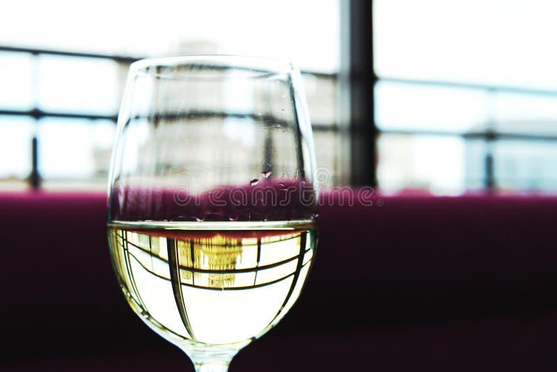 Szk?o wino w restauracji zdjęcia royalty free