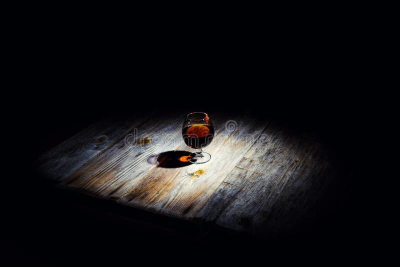 Szk?o z koniakiem na drewnianym tle zdjęcia royalty free