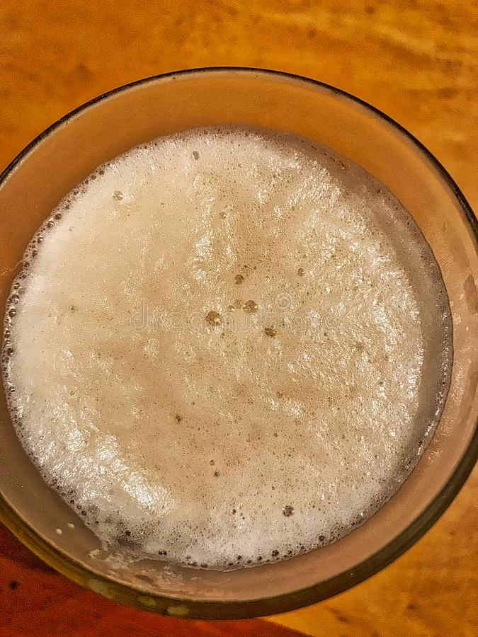 Szk?o zimny piwo na stole zdjęcie royalty free