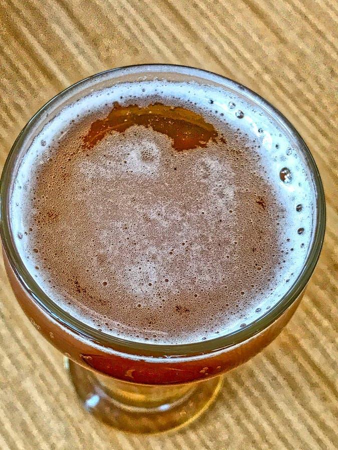 Szk?o zimny piwo na stole fotografia royalty free