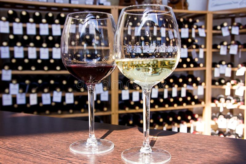 szk?a wino odosobniony czerwony bia?y zdjęcie stock