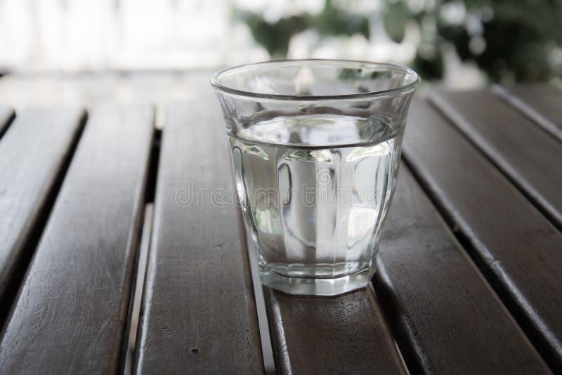 Szk?a woda na drewnianym stole zdjęcie royalty free