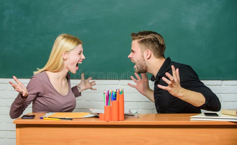 Szk?? wy?szych powi?zania Powi?zanie koledzy z klasy Ucznie komunikuj? sali lekcyjnej chalkboard t?o Przemoc i zn?ca? si? zdjęcie stock