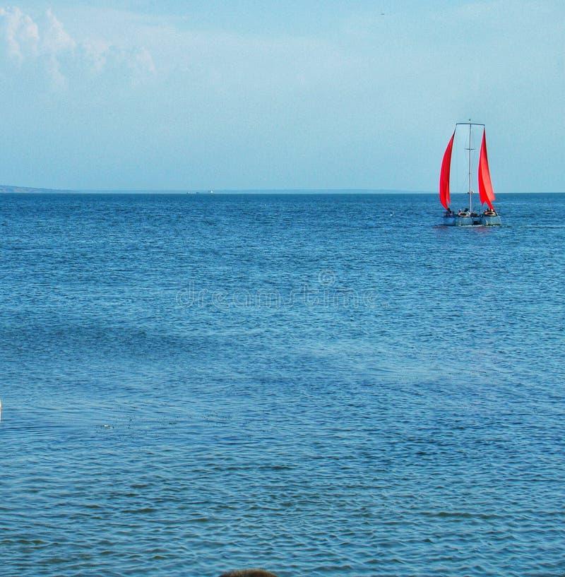 szkarłatny żagla spacer w morzu obraz stock