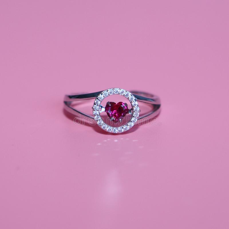 Szkarłatny serce w okręgu Na różowym tle jewelle zdjęcia royalty free