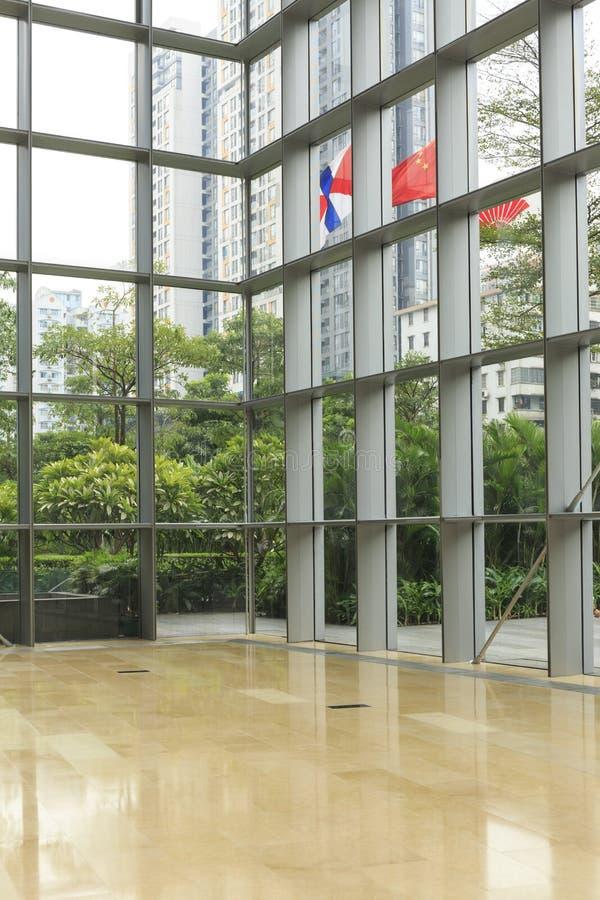 szklana ściana, stalowa rama i marmur podłoga w nowożytnej budynek biurowy sala; okno ściana, lobby w powierzchni biurowa, hotel  zdjęcie royalty free