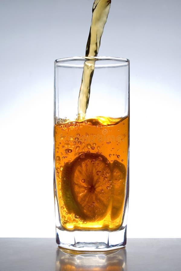 szklana bieżąca herbaty. zdjęcie royalty free