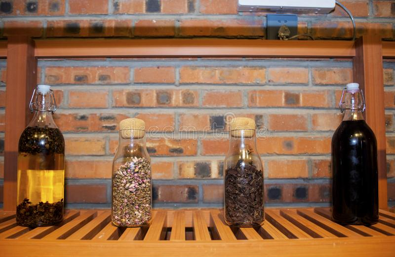 Szklana butelka wypełniająca z kwiatami obrazy stock