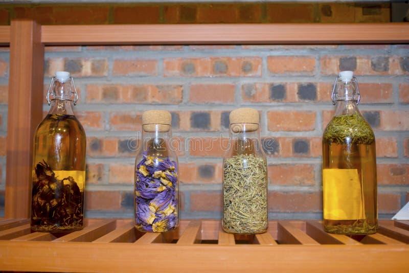 Szklana butelka wypełniająca z kwiatami zdjęcie stock