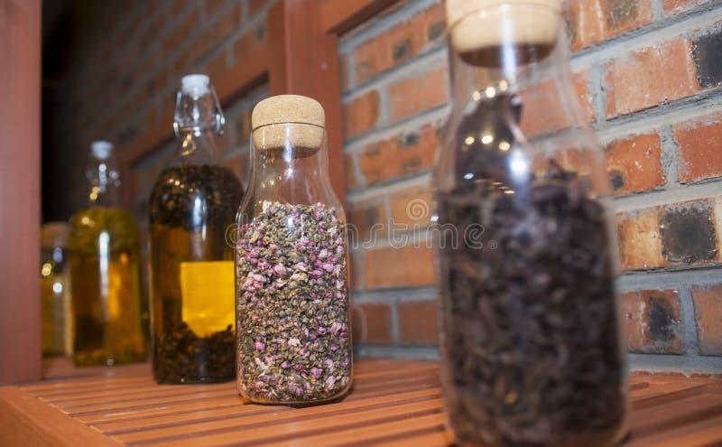 Szklana butelka wypełniająca z kwiatami fotografia royalty free