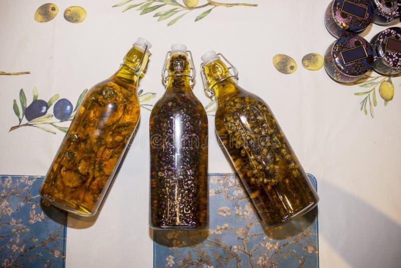 Szklana butelka wypełniająca z kwiatami zdjęcia stock