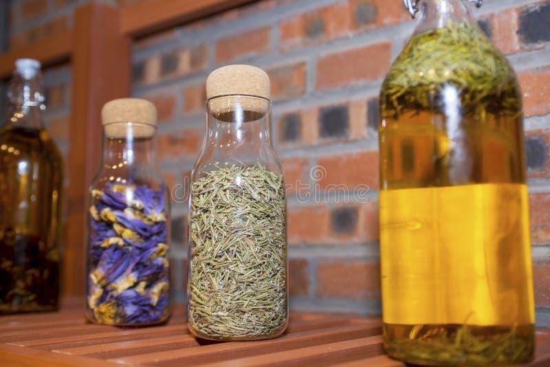 Szklana butelka wypełniająca z kwiatami obraz royalty free