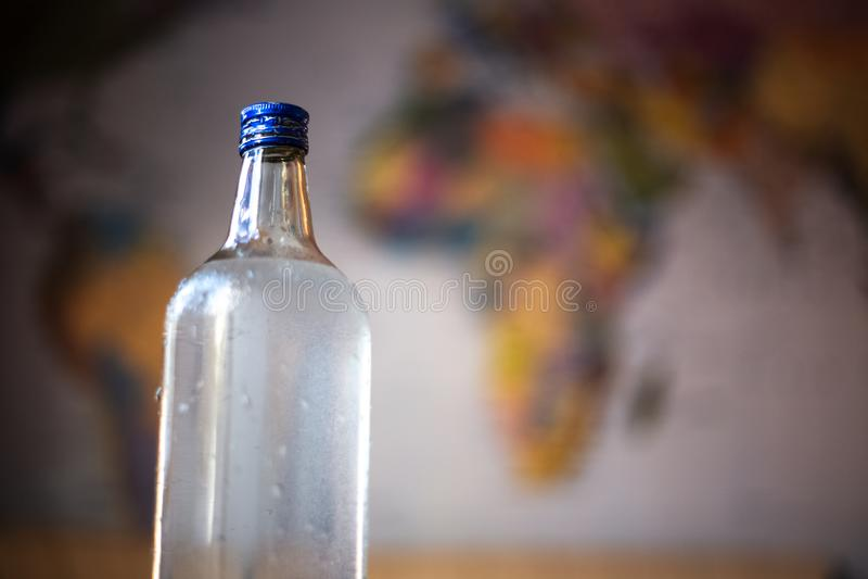 Szklana butelka z wod? na stole obraz royalty free