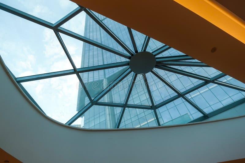Szklana dachowa struktura nowo?ytny handlowy budynek fotografia stock
