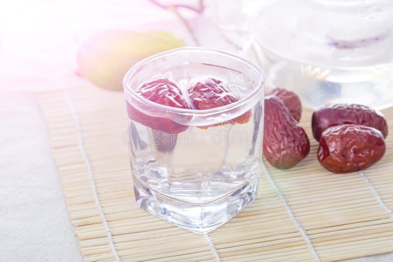 Szklana filiżanka Chińska czerwieni daty herbata na stole obrazy stock