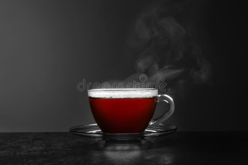 Szklana filiżanka gorÄ…cej herbaty na stole na szarym tle zdjęcie royalty free