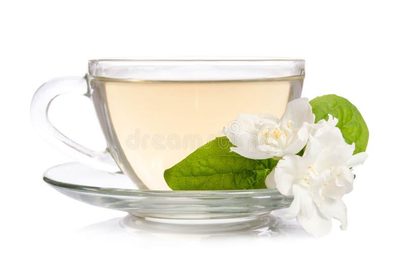 Szklana filiżanka herbata z jaśminów liśćmi i kwiatami zdjęcie stock