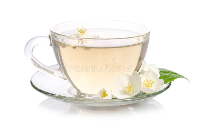 Szklana filiżanka herbata z jaśminów liśćmi i kwiatami zdjęcia stock