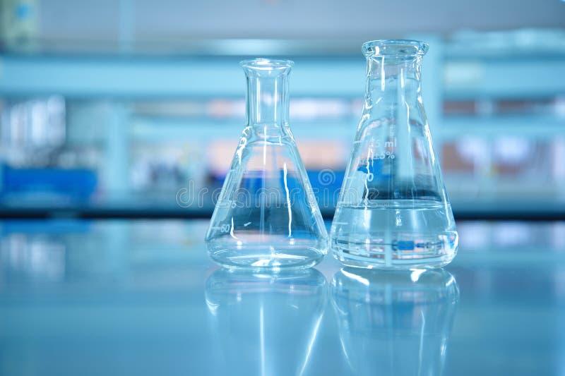 Szklana kolba w błękitnym laboratorium naukowym zdjęcia royalty free