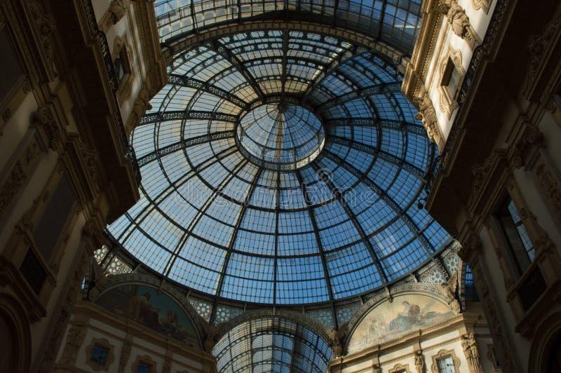 Szklana kopuła w centrum Galleria Vittorio Emanuele w Mediolan Horyzontalny, nikt fotografia stock
