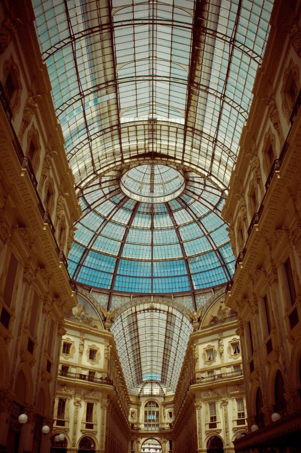 Szklana kopuła w centrum Galleria Vittorio Emanuele w Mediolan Vertical, nikt zdjęcie stock