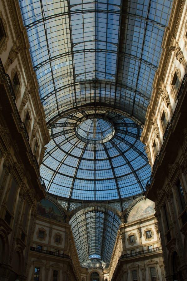 Szklana kopuła w centrum Galleria Vittorio Emanuele w Mediolan Vertical, nikt fotografia stock