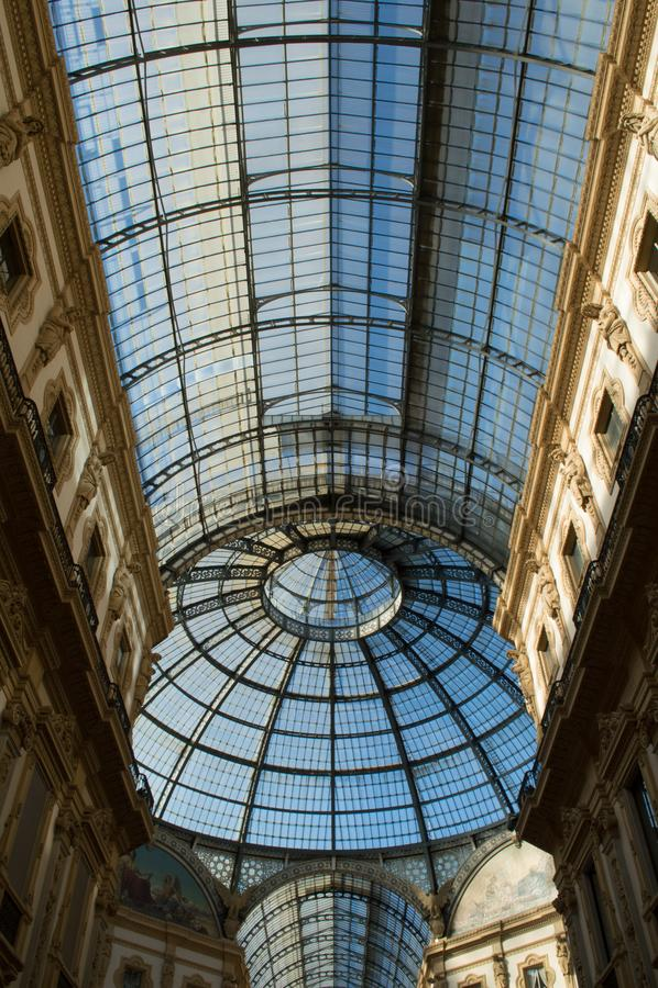 Szklana kopuła w centrum Galleria Vittorio Emanuele w Mediolan Vertical, nikt obrazy royalty free
