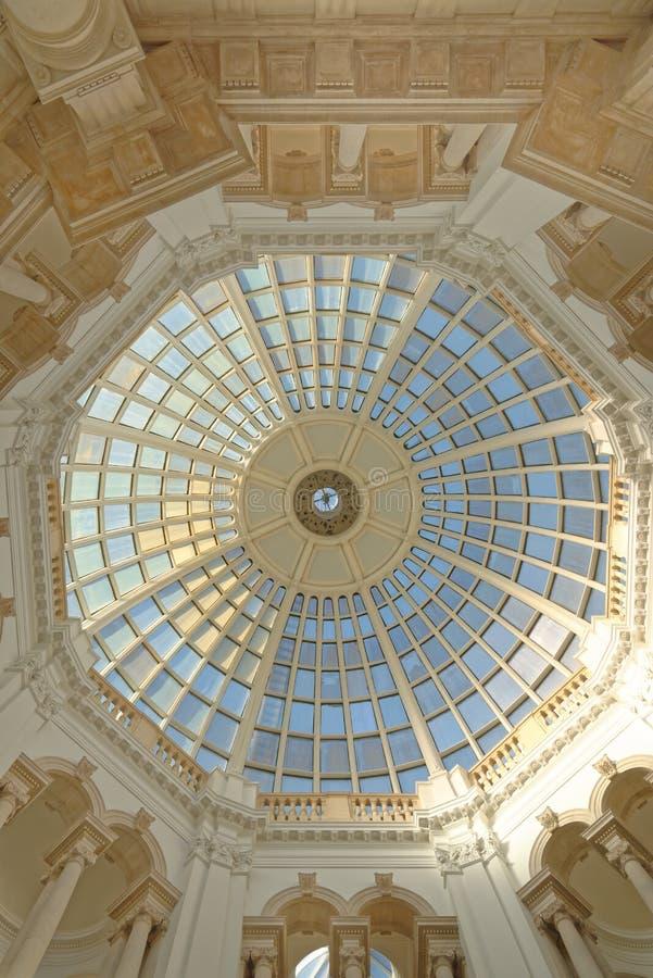 Szklana kopuła z kolumnami i geometrical wzorami, London England Europe obraz stock