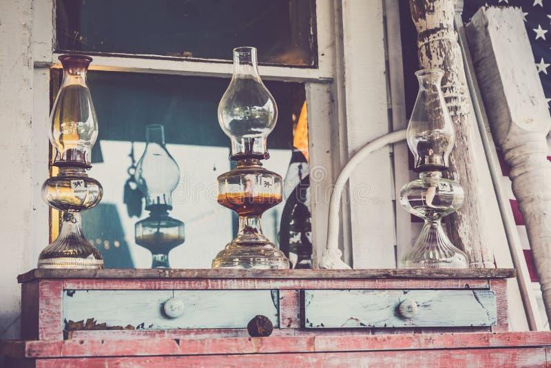 Szklana Nafciana lampa na rocznik Drewnianej klatce piersiowej kreślarzi zdjęcia stock