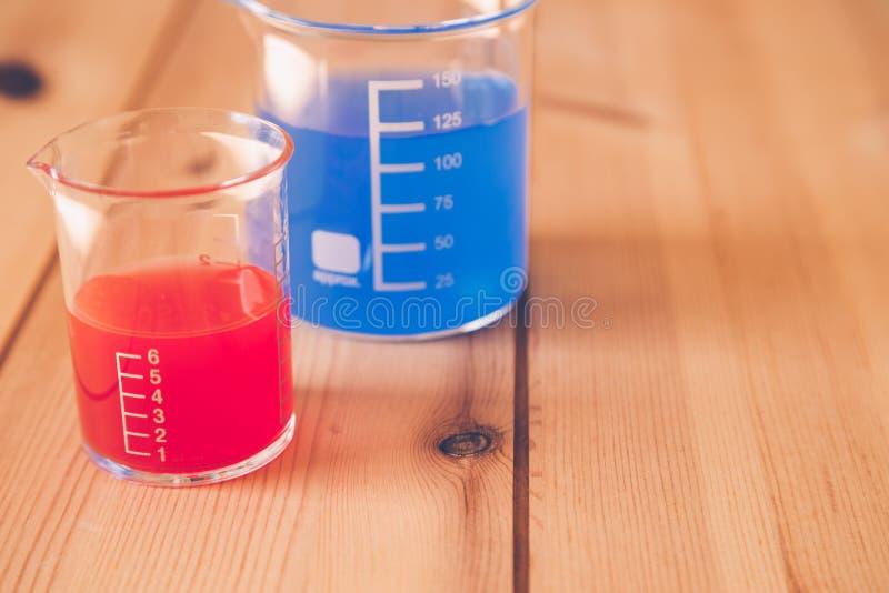 Szklana pomiarowa zlewka przy laboratorium, nauka eksperymentu pojęcie obraz stock