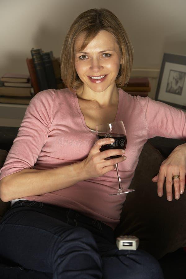 szklana relaksująca tv dopatrywania wina kobieta fotografia royalty free