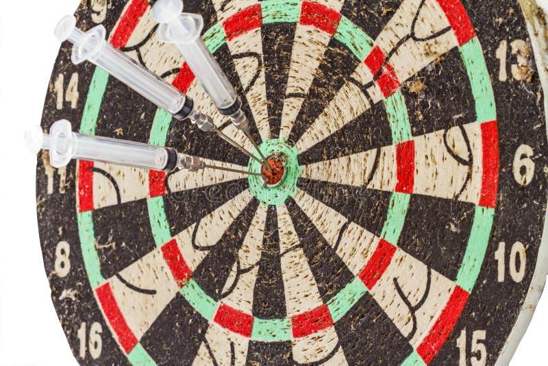 Szklana strzykawka i igła jako strzałek strzała w celu ześrodkowywamy obrazy stock