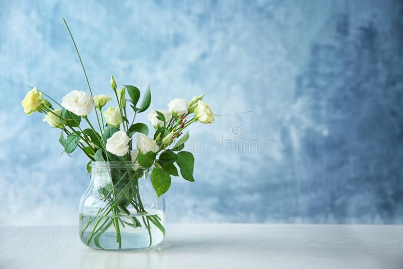 Szklana waza z bukietem piękni kwiaty obraz royalty free