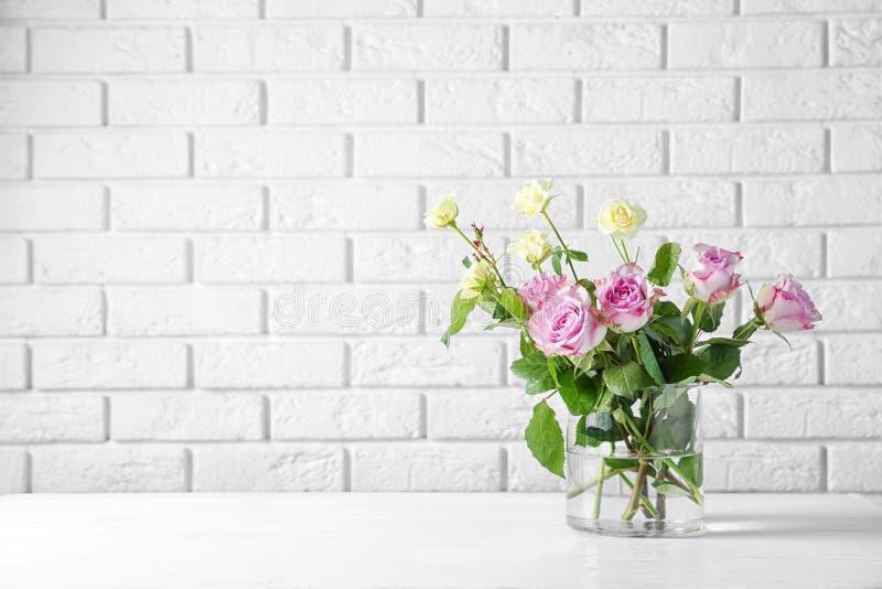 Szklana waza z bukietem piękni kwiaty zdjęcia stock