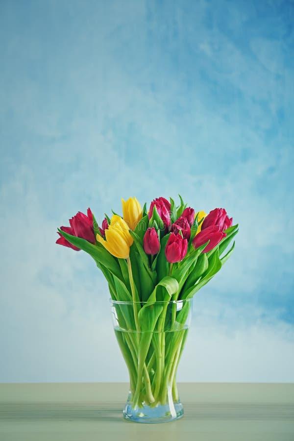 Szklana waza z bukietem piękni tulipany obraz royalty free