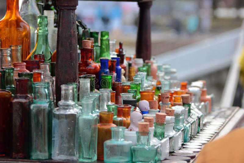 Szklane antyczne butelki w różnych kolorach obrazy stock