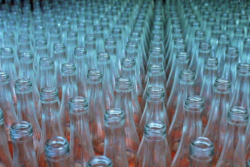 Szklane butelki opróżniają teksturę zdjęcie royalty free