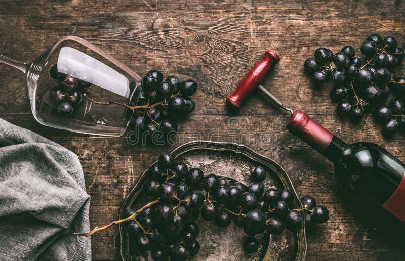 szklane butelki pełnego życia komentarze czerwonego wina wciąż Wina szkło z butelką, corkscrew i czerwonym winogronem, gromadzi s zdjęcie royalty free