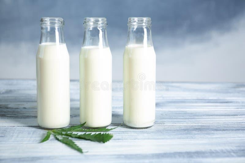 Szklane butelki z konopie mlekiem zdjęcie stock
